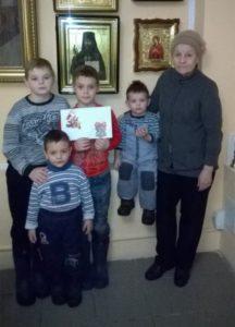 Дети на данный момент живут с бабушкой, т.к. мама тяжело болеет и лежит в больнице уже почти год.