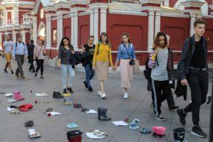 Посмотрите на лица, людей действительно тронуло! Акция «Они могли бы пойти в школу!» в центре Москвы